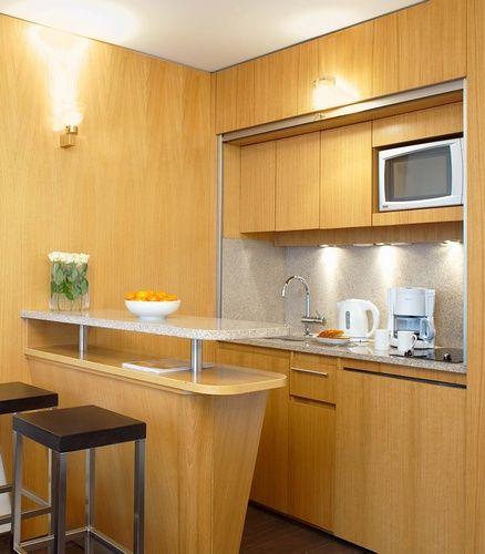 Кухня и обеденная зона (барная стойка). Рольштора на кухне. Residhome Val d'Europe