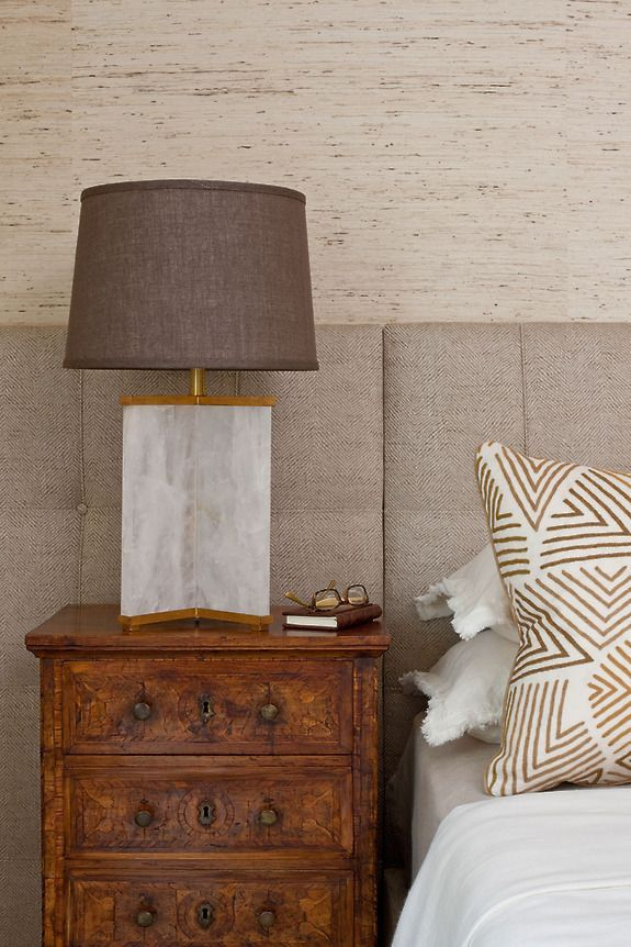 Przytulna sypialnia z użyciem naturalnych oklein ściennych (tapet) z kolekcji Extra Fine Arrowroot kolor Feather.