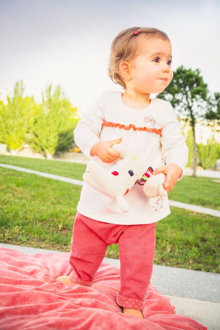 Tenue pour petite fille : pantalon rose en velours pailleté, tee-shirt manches longues blanc motif papillon #mode #bebe #fille #naissance #mixte #hiver #ete