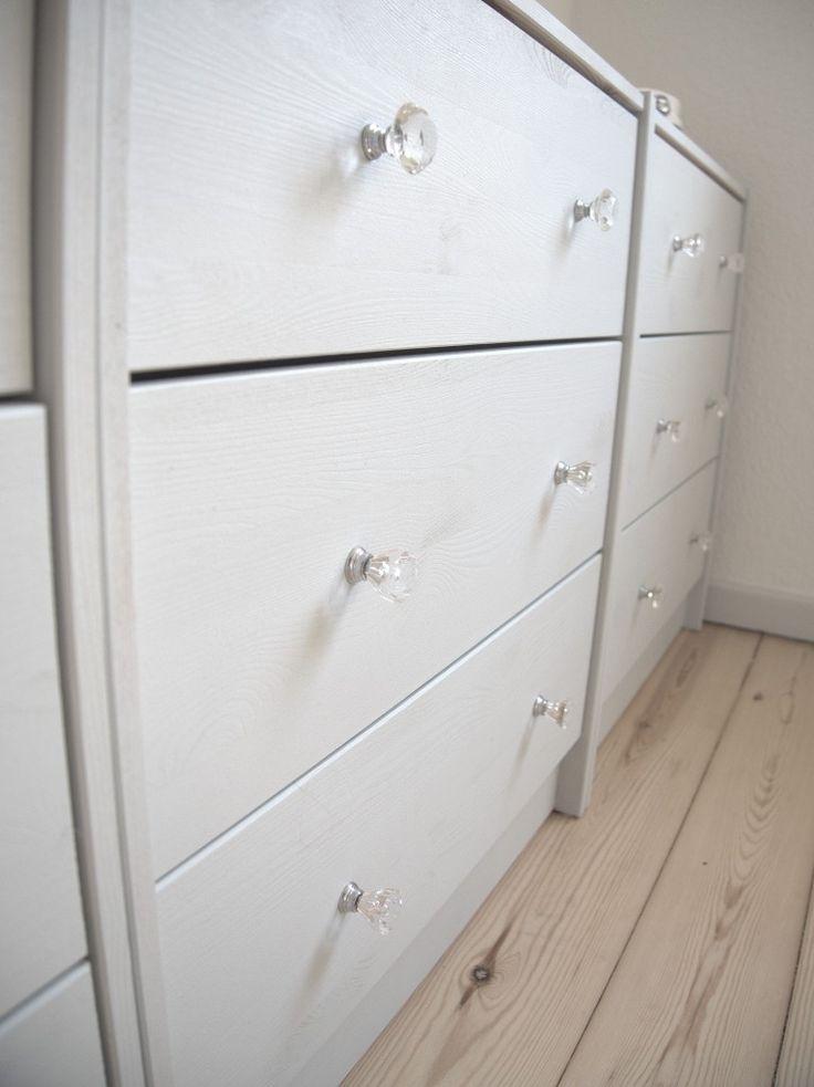 Min billige IKEA kommoder fik lige en overhaling indenom. Trængte til at gøre det mindre kedeligt - og mindre IKEA-agtigt.. Lige maling og nogle fine greb fra eBay, så var dét hjemme!