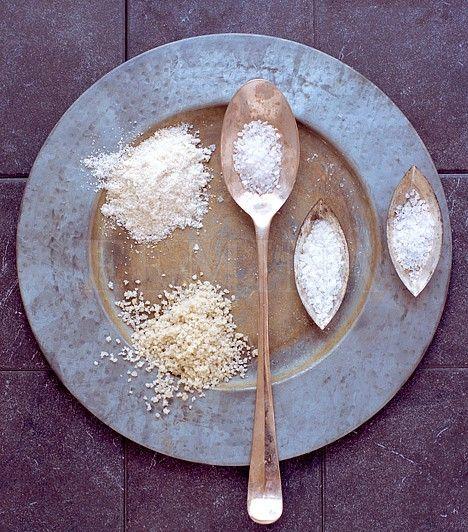 hatékony folttisztitó aSó A sót használhatod szagtalanításra, a vasaló talpának tisztítására, és nagy sikerrel vetheted be a foltok ellen is. A legmakacsabb izzadságfoltok ellen oldj fel négy evőkanál sót egy liter forró vízben, várd meg, amíg az oldat kissé kihűl, és ebben alaposan mosd át a foltot. Ezután mosógépben mosd ki, és a ruhád olyan lesz, mint újkorában| femina.hu