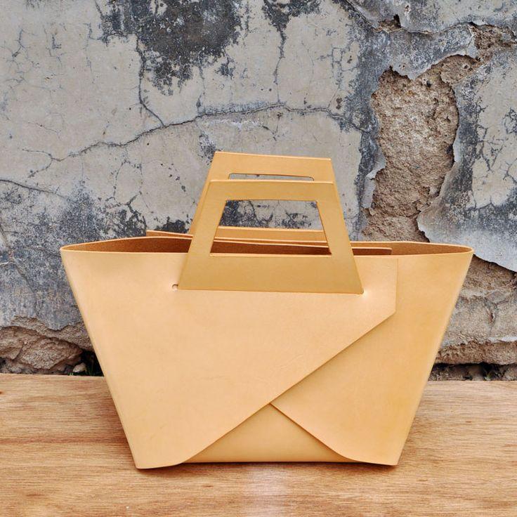 Take out tote- form one piece of leather. Origami. LI+U 原创设计手工制作 【一張】丹宁植鞣 手提包-淘宝网 #bag #purse