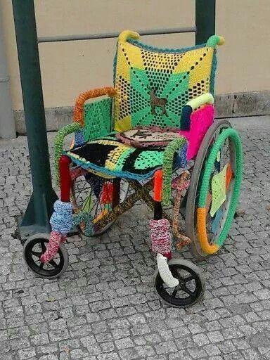 Das ist doch mal eine lustige Idee. Den Rollstuhl einhäkeln ;-):