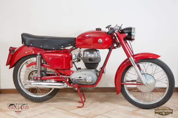 MASERATI 160/T4 Nazione: Italia Tipologia: Turismo Anno: 1956 Tipo di motore: Monocilindro a 4 tempi Cilindrata: 158 cc Potenza: 7,5 CV Cambio: 4 marce Velocità massima: 100/105 Km/h Colore: Rossa Nota: La moto è da completare nella parte relativa alla marmitta.