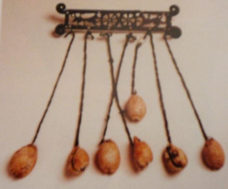 Pettorale con vere conchiglie cypree da Rotella (VI sec. a.C.).