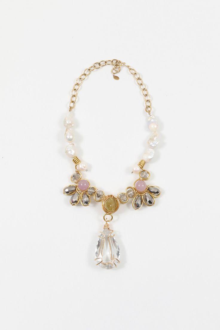 Collar Antique Clasic | Exclusive Collar de perlas barrocas con centro de pétalos de piedras con dije de cristal en el centro todo en cobre.