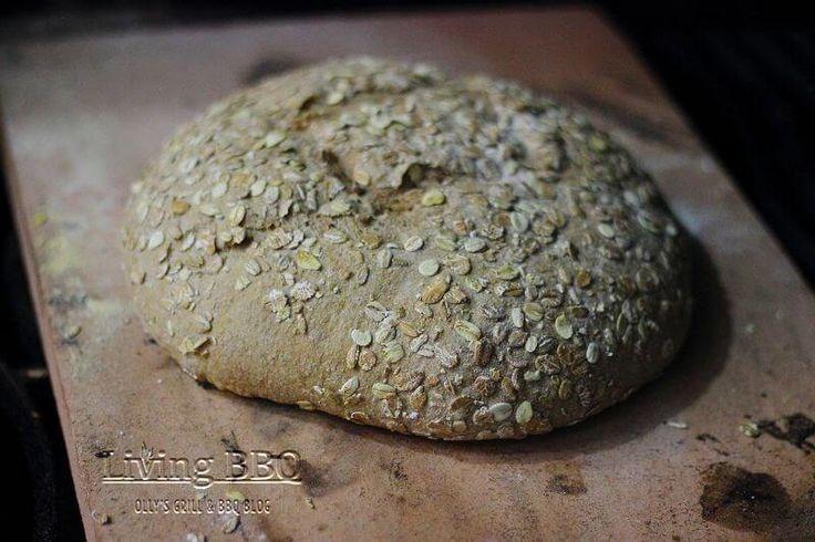Weizenvollkornbrot auf dem Pizzastein aus dem Grill | Living BBQ