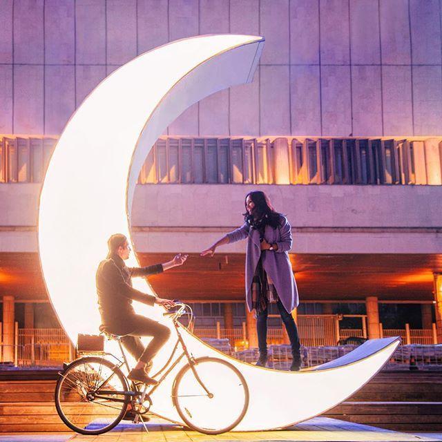 Пост любви к моему велосипеду, с которым мы за полтора суток умудрились намотать больше 70 км, три раза возвращались домой, а потом, забыв сон, уезжали снова. Съёмки, парикмахерская, рабочая встреча, случайная встреча, блики на асфальте, ночная пустая Москва, влажный рассвет, свадьба Луизы и Паши на велосипедах, цветы и шарики, проливной дождь, вкуснейший чай из огромной домашней Луизиной кружки, мама Луизы, давно следящая за моим инстаграмом и начавшая наше личное знакомство с обнимашек…