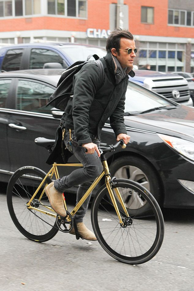 Justin Theroux from The Big Picture Ride on! The actor goes for a bike ride around town in New York City.