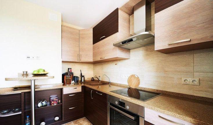 Дизайн кухни в домах серии П-44 – барная стойка стиль «модерн», фасады пластик, стойка выше уровня столов (110см)