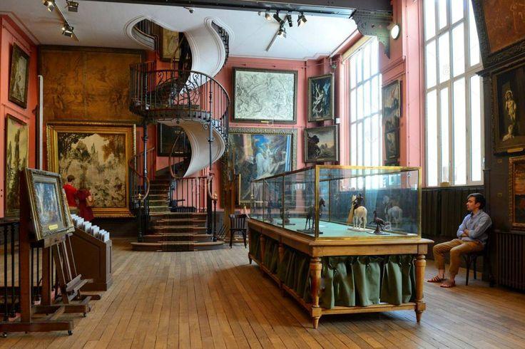 Museu Gustave Moreau - Paris  O pintor Gustave Moreau (1826-1898) reconstruiu a casa da família e melhorou a fim de criar um museu para suas próprias obras.  Em sua casa e no estúdio mais de 6000 obras estão reunidas, incluindo pinturas, caixas, desenhos, aquarelas e esculturas feitas de cera, que o transportam para um mundo estranho cujas figuras (Safo, Leda, Salomé e Orpheus), muitas vezes mitologicas e Bíblicas.