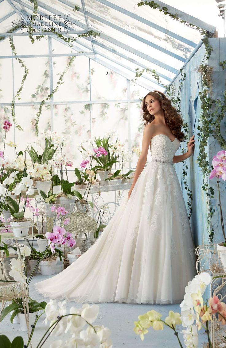 Dziewczęca suknia ślubna Mori Lee z haftowanymi kwiatowymi wzorami i błyszczącymi kryształkami. Spódnica z efektem 3D dzięki nałożonej warstwie delikatnego …