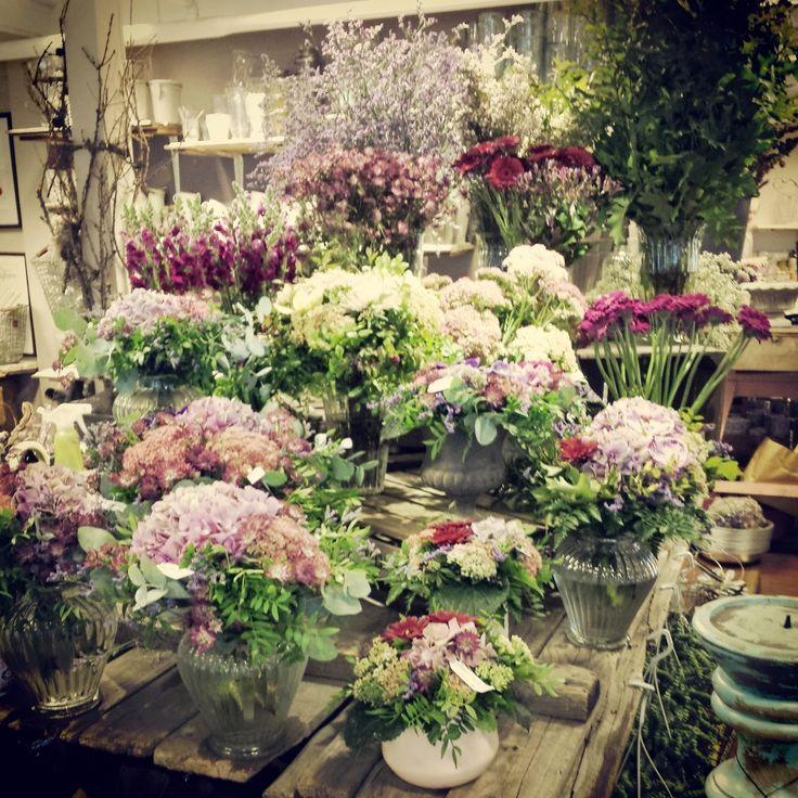 Buketter i blomsterbutikken Kreativ Fryd. Masse produksjon av egendesignede buketter og dekorasjoner.