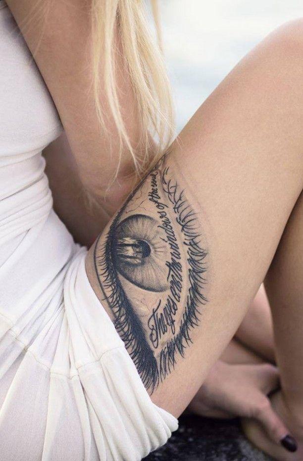Tattoo Schenkel Auge mit Schrift