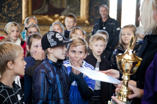 4. A from Korsvejen Skole in Kastrup, Copenhagen, were the winners of the youngest group and receive the prize from museum director Mette Skougaard in this picture.