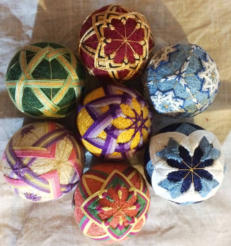 This group of temari balls was created by Suellen Tatrai.