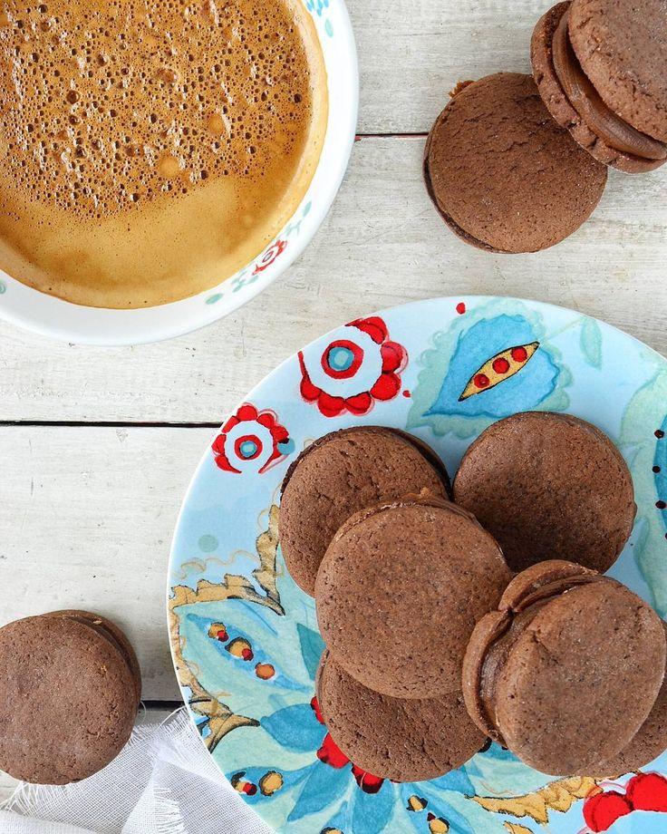 """1,635 Me gusta, 68 comentarios - Tres tenedores (@tres.tenedores) en Instagram: """"Buen día!!!! Hoy desayunamos con un rico café y los alfajores de chocolate más ricos! 🍫🍫 Son super…"""""""