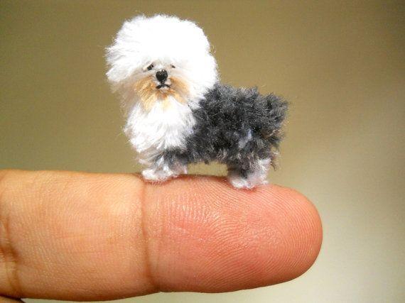 Fait main crochet minuscule chien - The Old English Sheepdog est faite de fils à broder, yeux en plastique micro et bourré de polyfil.  Taille : Aprox. 1 po (24 mm) de long et 0,8 pouce (20 mm) de hauteur.  Parfait pour nimporte quel écran animaux de maison de poupée miniature, collection mini chien...  Le petit chien est bien emballé dans la boîte en plastique transparent avec couvercle amovible, une herbe base décorée de feutres. Vous pouvez ouvrir et décorer le fond de la boîte de votre…