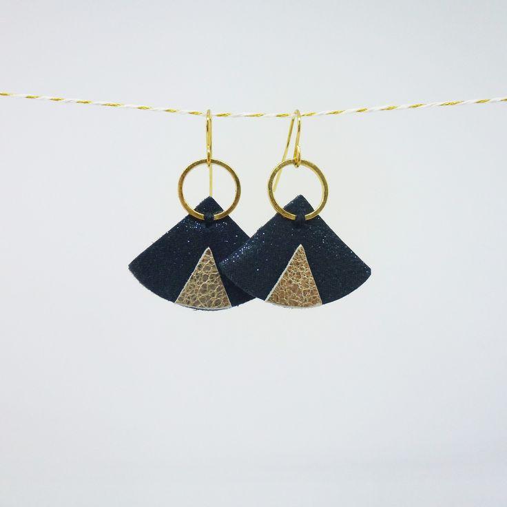 Boucles d'oreilles Arya en cuir bleu nuit Paulinka : Boucles d'oreille par paulinka-creations