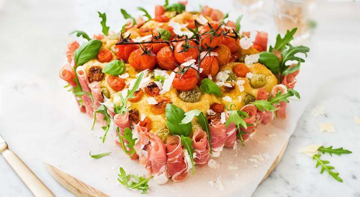 Recept på italiensk smörgåstårta av focaccia. Smörgåstårta för den Italienfrälsta med tomater, oliver, mozzarella och lite till. Baka först en focaccia.