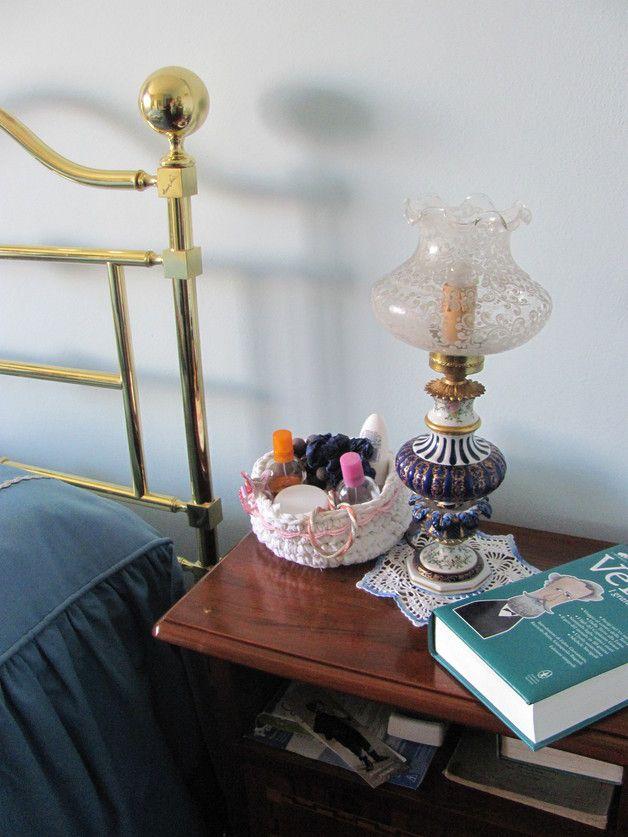 Un cestino in stile rustico per tenere gioiellini, trucchi, toiletteria, e finalmente fare un po' d'ordine su quel comò!  Questo semplice cestino è un regalo perfetto per un'amica, o semplicemente un'idea originale per una stanza da letto o bagno accoglienti.  Il cestino è interamente fatto a mano con fetuccine di flanella usando la tecnica dell'uncinetto per un effetto un po' rustico, ed è decorato con un merletto a vostra scelta.