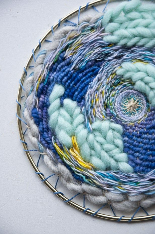 Circle weaving on an embroidery hoop. Que hermoso trabajo de tejido y los…