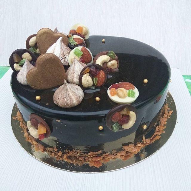 Шоколадно-ванильный торт. Шоколадный бисквит (без муки, кстати), хрустящий слой из ореховой пасты, шоколада, карамелизованной вафли и миндаля, ванильный мусс и мусс на темном шоколаде. Декор тоже весь шоколадный: шоколадные пряничные сердечки, шоколадные безе (это которые на чеснок похожи; форму надо будет изменить) и шоколадные конфетки. Ну прям сплошное шоколадное щастье!  #подарок #тортназаказ #тортбезмастики #заказторта #муссовыйторт #евроторт #шоколадныйторт #тортбезмуки