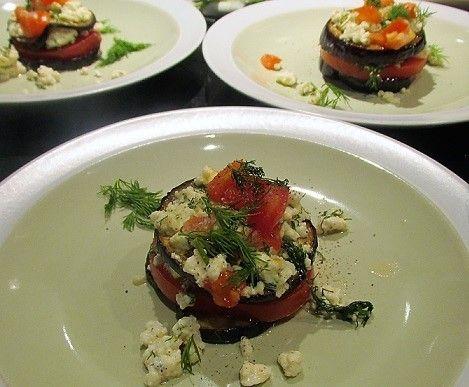 Op zoek naar een gezond, gemakkelijk en vegetarisch voorgerecht? Maak dan deze koolhydraatarme aubergine-tomaat torentjes met feta uit de oven.