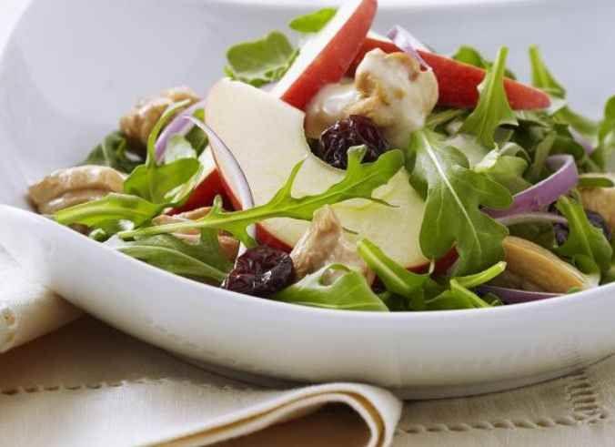 Cette salade savoureuse comprend du poulet poché dans le cidre de pommes, des feuilles de roquette et du fromage Brebis.  | Le Poulet du Québec