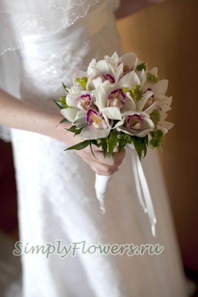 Круглый, маленький, аккуратный букет из белых орхидей цимбидиум. Очень стойкий букет. гарантировано продержится в течении всего Вашего праздника даже в жаркую летнюю погоду. Орхидея - стойкий и изысканный цветок.