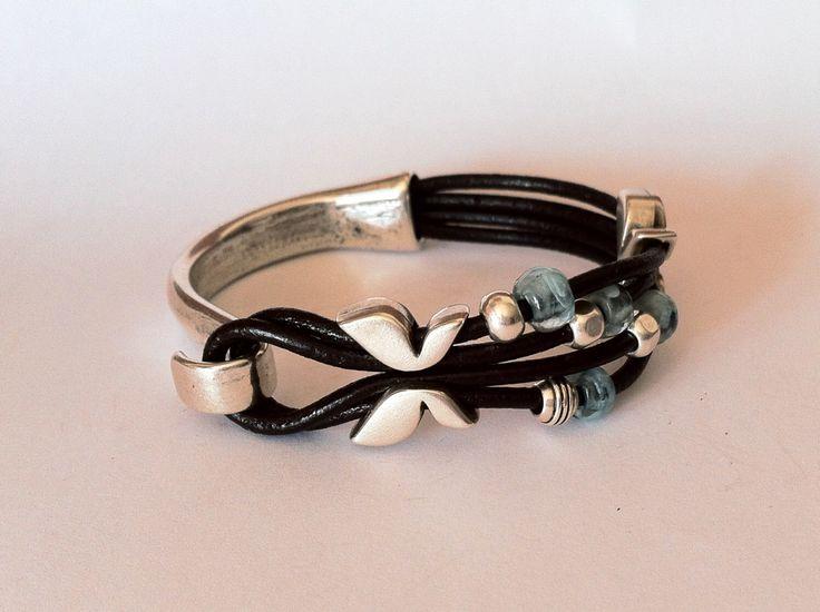 lederen armband. Knop gesp armband. lederen armband voor vrouwen, boho armband. Ibiza stijl. silverf vergulde, armband, turquoise kralen door HITUK op Etsy https://www.etsy.com/nl/listing/246668740/lederen-armband-knop-gesp-armband