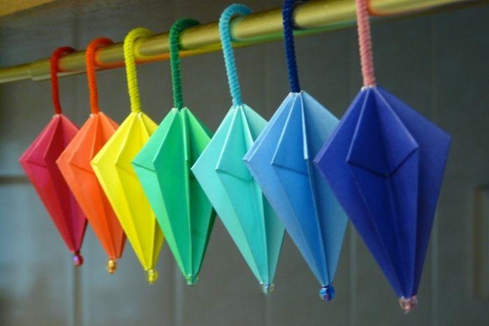 パラソル型の折り紙。外で遊べない雨の日、お子さんと一緒に作ってみても楽しいかも。模様入りの紙で作っても可愛いですよ♪
