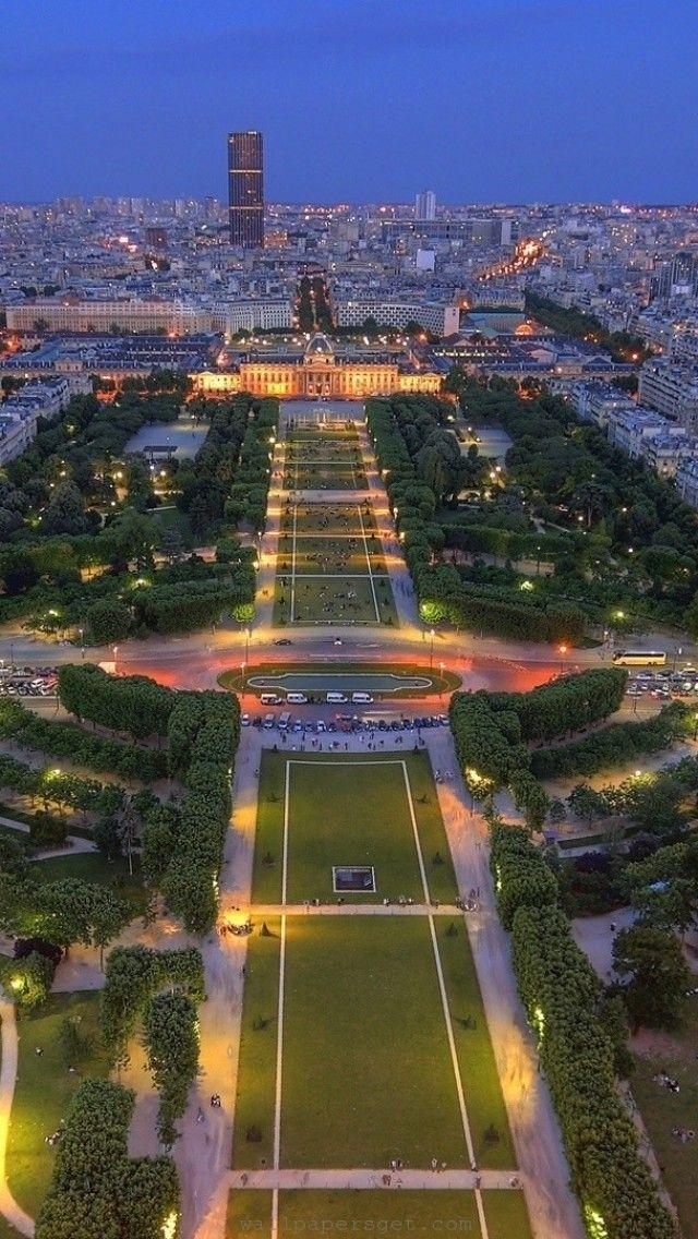 Champs de Mars, Paris - Initialement occupée par des cultures maraîchères et des potagers privés, l'ancienne plaine de Grenelle, appelée aujourd'hui jardin des Champs-de-Mars, est encadrée à l'ouest et à l'est par les vastes avenues de La Bourdonnais et de Suffren, renommées pour les hôtels particuliers et les somptueux immeubles qu'elles bordent. L'Ecole militaire et la colline de Chaillot ferment l'espace vert déployé aux pieds de la tour Eiffel.