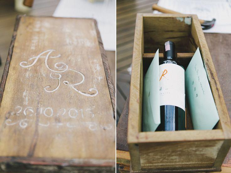 caixa com cartas e vinho para ser reaberta anos depois.