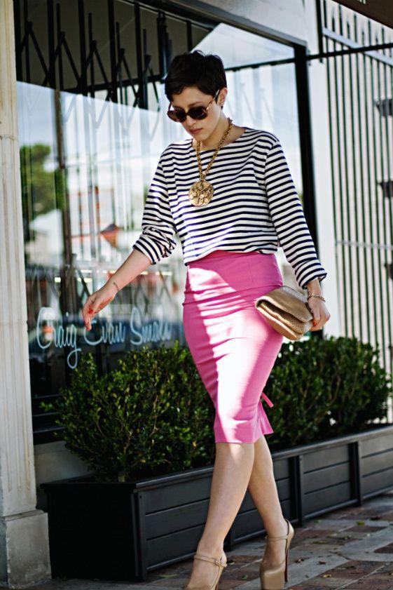 Falda rosa solida con camisa de mangas con rallas suelta, zapatos y carteras…