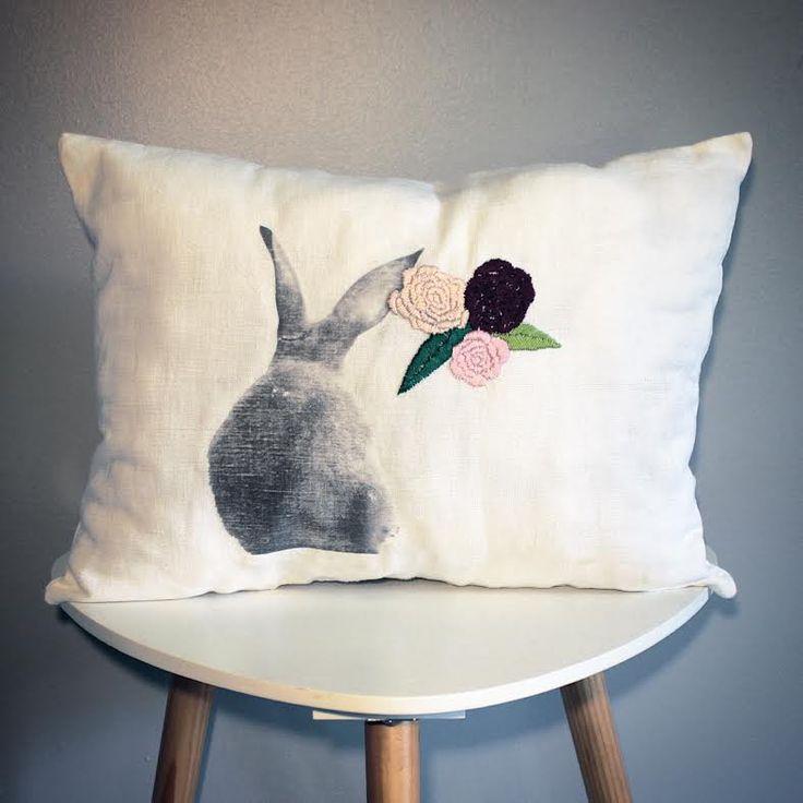 Coussin en lin ancien impression lapin brodé de trois fleurs esprit vintage. : Textiles et tapis par au-coeur-des-choses