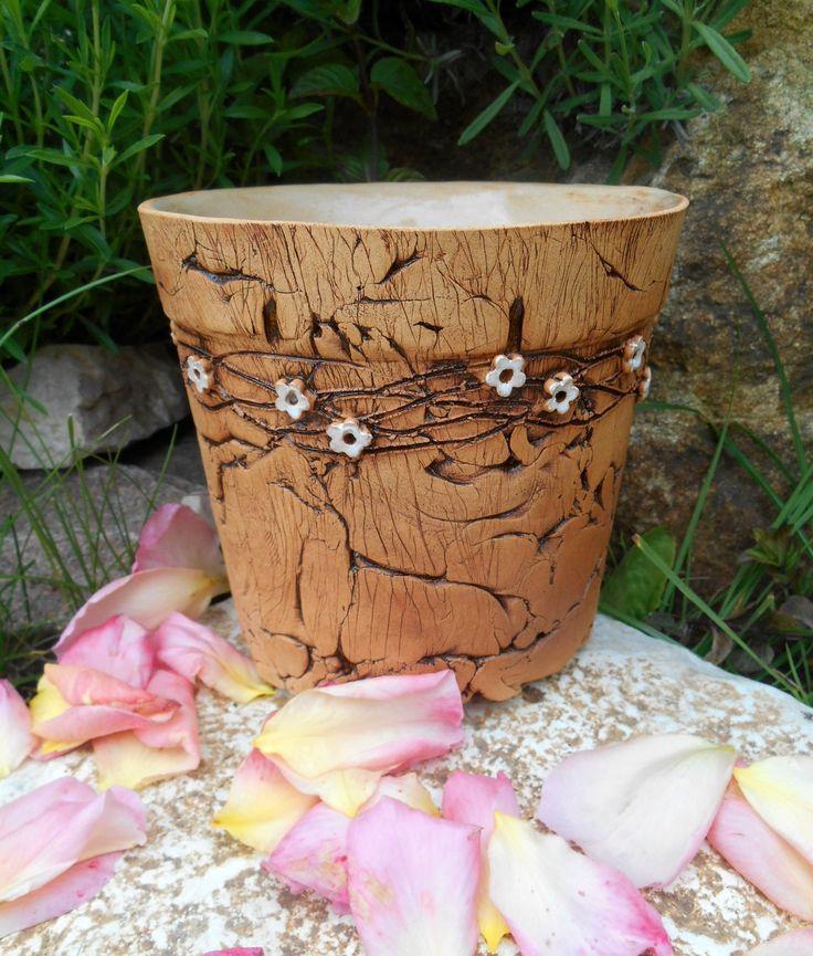 kytičkový obal na květináč na venkovní použití, uvnitř glazován, tvarován ručně - lze použít i jako květináčbez odtokové dírky výška cca13 cm, vnitřní průměr horního okraje cca13 cm  ....zasílám jako křehké zboží, doba dodání 2-3 týdny