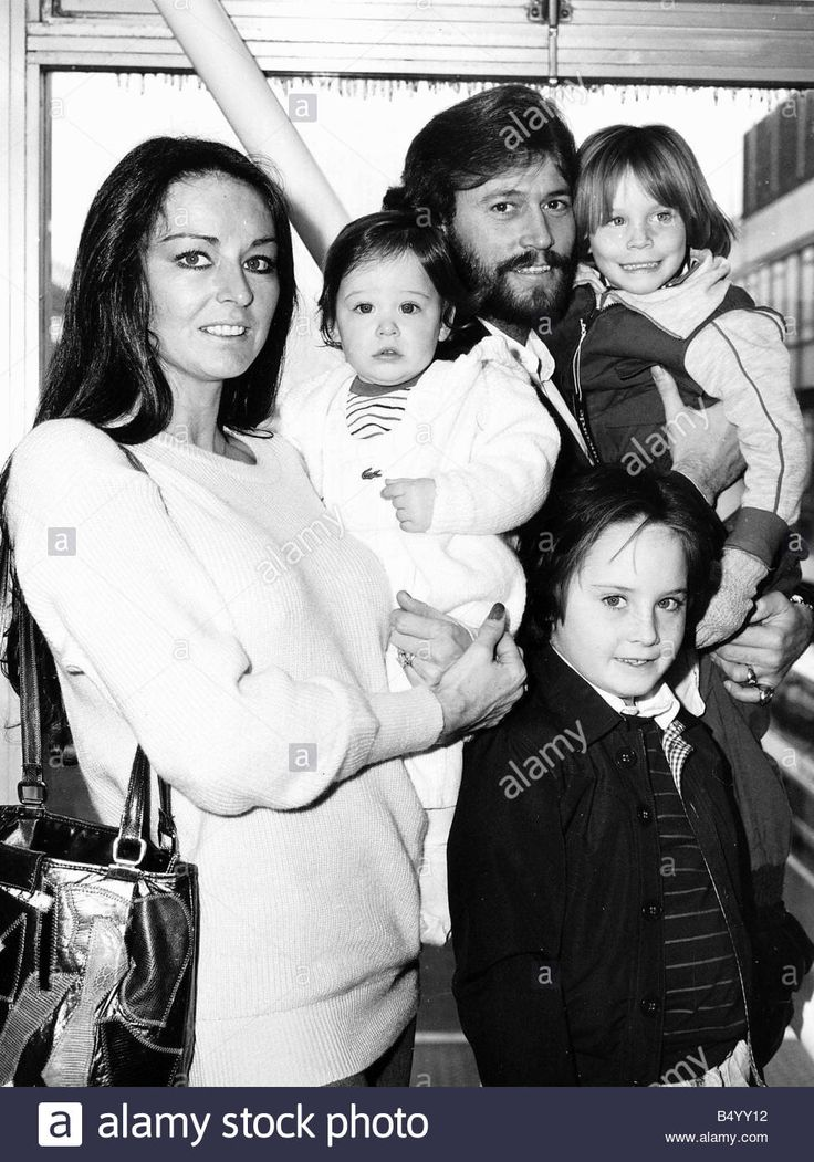 the-bee-gees-pop-group-1982-barry-gibb-with-wife-linda-and-children/eo