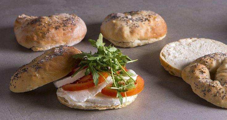 Εύκολα bagels με τομάτα και μοτσαρέλα