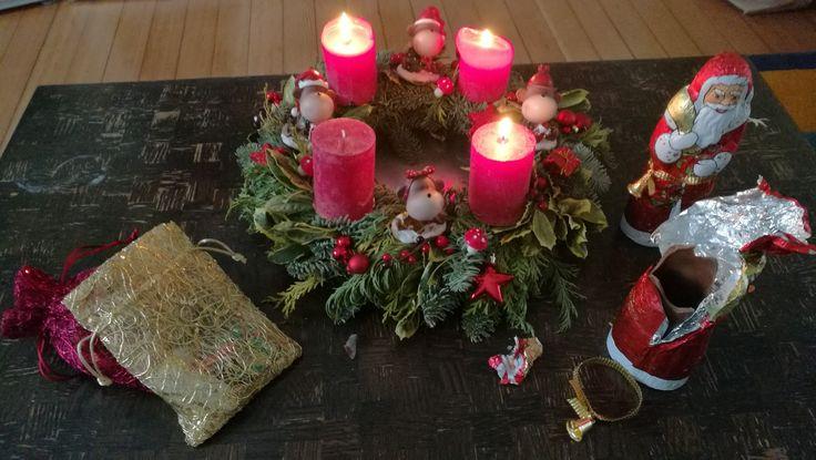 Adventskranz, Weihnachtskranz, dritter Advent, Deko, Affen, roter Kranz, x-mas rote Kerzen, Weihnachtsdeko, Adventszeit