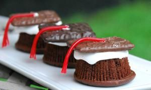 Throwing a party for your recent graduate? Here are great party and food ideas. Love the graduation cap cookies!