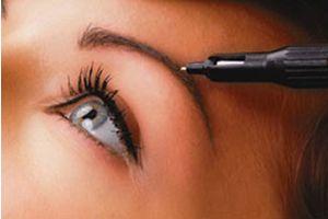 Mooie en natuurlijke Permanente Make up voor wenkbrauwen en subtiele eyeliners.