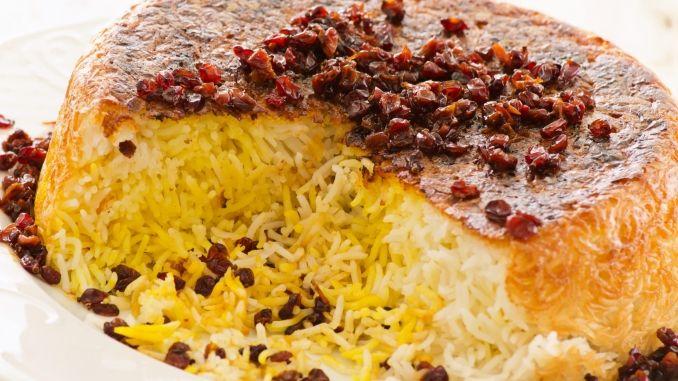 Persischer Reis wird leicht geröstet, sodass sich eine gold-gelbe Kruste bildet.