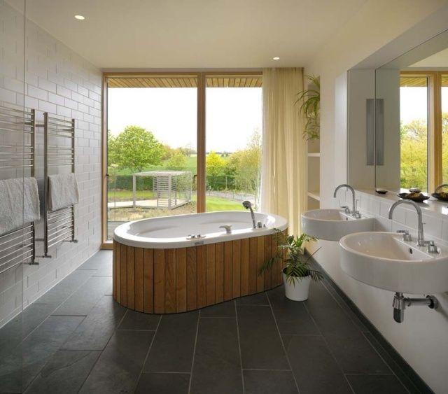 Salle de bains design moderne avec baignoire îlot couverte de bois et sèche serviette. Retrouvez notre sélection de sèche serviette https://www.batinea.com/chauffage-salle-de-bains-seche-serviettes-applimo-lvi-thermor.html?affiliation=pinterest