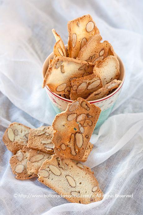 Le blanc d'oeuf avec des biscuits aux amandes sans beurre et l'huile