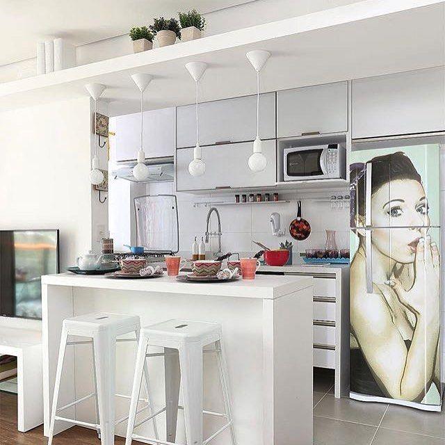 Bom dia!!! Cozinha integrada super  os moveis brancos com portas cinza deram amplitude e leveza ao ambiente a geladeira adesivada é ótima solução para quem não deseja trocar o eletro mas quer dar uma modernizada no ambiente.  Mariana Orsi