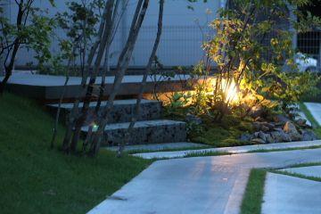 外構造園の照明計画は、階段が上り下りし易いように、車の乗り降りがし易いように、お庭の見栄えをよくするため、など色々な用途で計画していきます。