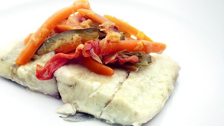 CORVINA AL HORNO CON VERDURAS.  Un receta de corvina sana y sencilla. Asada en su jugo y acompañada de cebolla, zanahoria, calabacín y pimiento rojo y verde. Un plato ligero y completo, con todas las proteínas del pescado y el aporte de vitaminas y fibra de las verduras.  $8.30