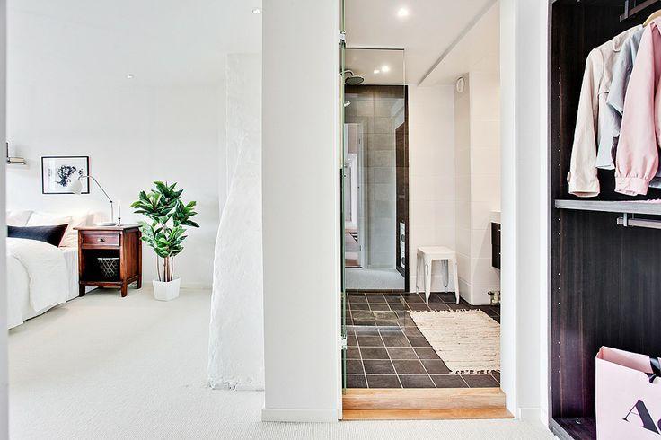 """Sovrum med badrum """"en suite"""" ger en skön hotellkänsla. Bjurfors.se"""