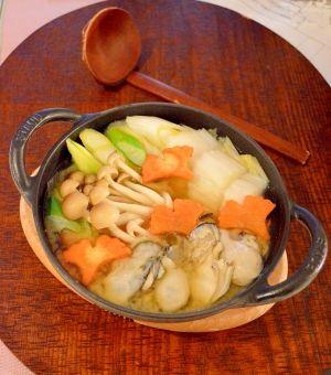 「ストウブ鍋で♪1人前で味噌味の☆牡蠣鍋」ストウブ鍋で1人前で、牡蠣うどんを作りました。ランチにピッタリの1人前サイズです。牡蠣は味噌ベースと良く合います。牡蠣の出汁が効いて、美味しい鍋になりました。【楽天レシピ】